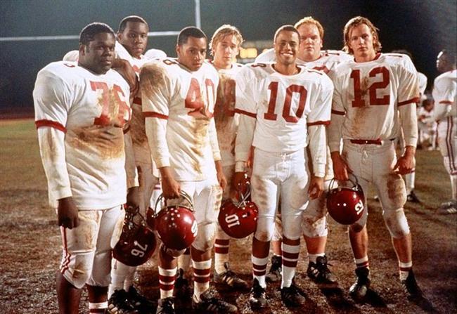 23. Unutulmaz Titanlar (2000) | IMDb: 7.7  Herman Boone bir Amerikan futbolu koçudur. 1970'lerin Virgina'sında ırkçılık hakimdir. Oldukça ırkçı yönelimlerin olduğu bir Amerikan futbolu takımı da bir koç aramaktadır. Bu lise takımı da kimlik sorunları yaşayan ve ırkçı tavırları olan oyunculardan kuruludur. Siyahi bir koç olan Herman Boone'un başa gelmesi, bütün bu kişilik bunalımlarının kökenine inecek ve insanların karakterlerini sorgulatacaktır.