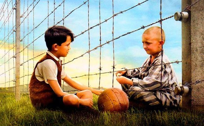21. Çizgili Pijamalı Çocuk (2008) | IMDb: 7.8  Nazi Almanya'sı Bruno'nun babasını görevli olarak Polonya'ya gönderir. Bruno, kasabadaki toplama kampının tel örgülerinin öbür yanındaki bir çocukla arkadaş olur. Ancak iki çocuk arasında gelişen bu dostluk, özellikle oğlunun bu kampla ilgili gerçeği öğreneceğinden kuşkulanan Alman annenin (Vera Farmiga) endişelerini artıracaktır. Bruno ve ailesinin yeni evleri bir buçuk milyon Yahudinin Nazilerce öldürüldüğü Auschwitz toplama ve yok etme kampının bitişiğindedir.
