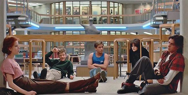 20. Kahvaltı Kulübü (1985) | IMDb: 7.9  Amerikan lise hayatından beş ayrı klişe karakter kendilerini, cezalı oldukları cumartesi gününü okul kütüphanesinde geçirmek üzere bir arada bulurlar: bir sarışın, bir anarşist, bir inek, bir sporcu ve bir entel! Disiplin delisi lise müdürünün manasız testesteron gösterileri karşısında hem kendi kendilerini, hem de ne çok ortak yönleri olduğunu keşfedecekleri bir güne dönüşecektir bu!