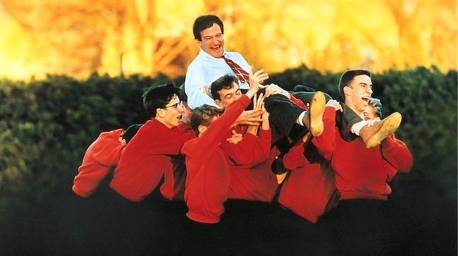 18. Ölü Ozanlar Derneği (1989) | IMDb: 8.0  1950'lerin Welton Akademisi saygınlığı yüksek olan ancak gerikafalılığın iktidarda olduğu bir okuldur. Okul yönetiminin tavırları okulu öğrenciler için sıkıcı hale getirmektedir. Fakat yeni İngilizce öğretmeni John Keating'in okula atanmasıyla çok şey değişecektir.Fakat okul müdürü Nolan Keating'i okuldan uzaklaştırma kararı aldığında hayatlarını değiştirdiği öğrencileri Keating'i savunmak için harekete geçerler.