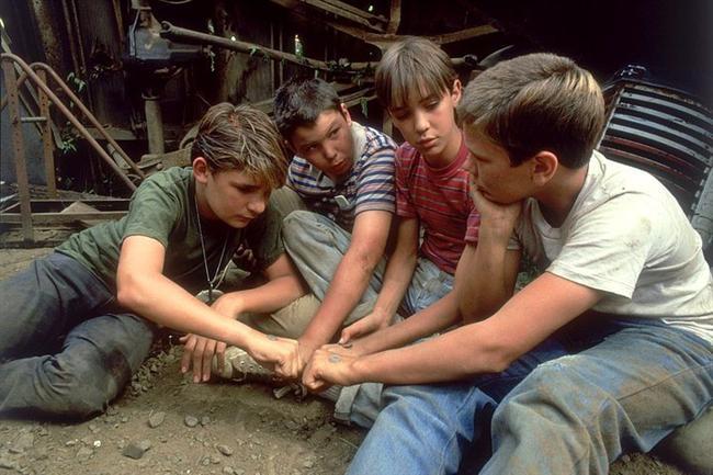 17. Benimle Kal (1986) | IMDb: 8.1  Kayıp bir cesedin ardına düşen bir grup çocuğun maceralı yolculuğunu konu alan film bir yazar olan Gordie Lachance'nın gözünden anlatılır. Gordie gazetelere göz gezdirirken bir çocukluk arkadaşının öldüğü haberini görür. Daha sonrasında birlikte atıldıkları maceralı yolculuğu hatırlamaya başlar… Gordie sessiz ve akıllı bir çocukken tek uğraşı büyük zevk aldığı kitapları