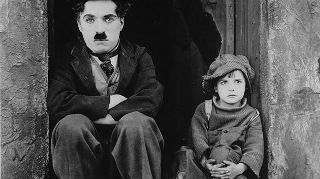10. Yumurcak (1921) | IMDb: 8.4  Edna, çocuğunun babası olan genç ressam tarafından yüzüstü bırakılmış yalnız bir kadındır. Çocuğuna bakamayacağına karar verince iyi bakılması umuduyla onu zengin bir evin önündeki lüks arabaya bırakır. Kısa bir süre sonra yaptığından pişman olup çocuğu almaya geldiğinde ise çok geç kalmış olduğunu anlar; zira araba o sırada çalınmıştır. Arabayı çalan iki adam çocuğu fark ettiklerinde onu fakir mahallelerin birinde sokağa bırakırlar. Oradan geçen Charlie çocuğu sahiplenmek zorunda kalır.