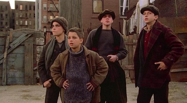 9. Bir Zamanlar Amerika'da (1984) | IMDb: 8.4  David 'Noodles' Aaronson ve arkadaşları 20'lerin New York'un da beraber büyümüşlerdir. 30'larda gangster dünyasında fırtına gibi esen sıkı dostlar zamanla dağılırlar. Fakat 60'ların sonunda Aaronson New York'a geri dönecek ve geçmişiyle yüzleşecektir.