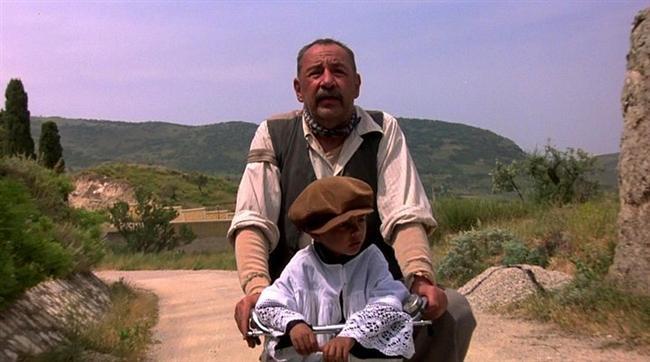 8. Cennet Sineması (1988) | IMDb: 8.5  Artık ünlü bir yönetmen olmuş Salvatore, 30 yıl sonra bir arkadaşının öldüğü haberi üzerine doğduğu kasabaya geri döner. Kasabaya geldiğinde eski anıları canlanan Salvatore, Cinema Paradiso isimli sinemada projeksiyoncu olarak çalışan Alfred ile ilişkilerini hatırlar. Küçük bir çocuk olan Salvatore, günlerini Alfred'in yanında geçirmekte, filmlerle ilgili konuşmakta ve Alfred'in sinema konusunda deneyim ve bilgilerinden yararlanmaktadır.