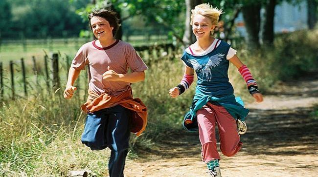 41. Terabithia Köprüsü (2007)   IMDb: 7.2  Leslie okula gelene kadar Jess tüm koşu yarışmalarının birincisidir. Leslie'nin gelmesiyle yaşamında yeni bir dönem açılan Jess kısa sürede Leslie ile arkadaş olmayı başarır. İki çocuk, evlerinin arkasında bulunan ormanlıkta Terabithia adında devlerden, cücelerden ve sayısız efsanevi yaratıklardan oluşan hayali bir krallık yaratırlar. Bu hayali krallık onlara gerçek dünyada zorluklarla nasıl savaşmaları gerektiğini öğretecektir.