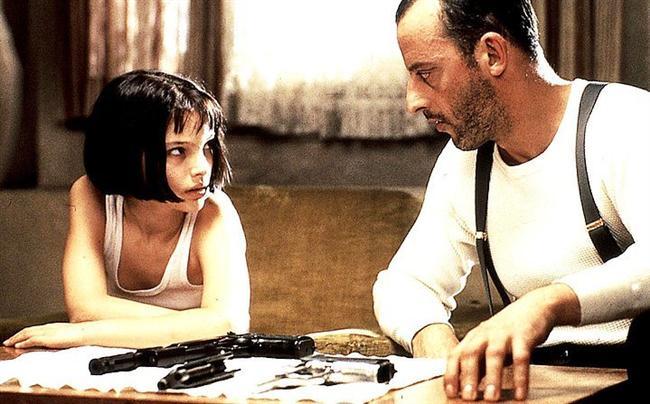 4. Sevginin Gücü (1994) | IMDb: 8.6  Mathilda, New York'ta yaşayan ailesi dağılmış 12 yaşında küçük bir kızdır. Ailesini sevmeyen Mathilda için en değerli varlığı küçük kardeşidir. Babası uyuşturucu işlerine bulaşınca mafya ailenin tüm bireylerini öldürür. O sırada alışverişte olan Mathilda ise olaydan kılpayı kurtulur ve Leon'un kaldığı daireye saklanır. Leon ise çok soğukkanlı bir katildir. Ancak Mathilda'ya karşı içten bir sevgi besler ve ona kol kanat gerer. Aslında babalık, arkadaşlık gibi kavramlar ona çok yabancıdır.