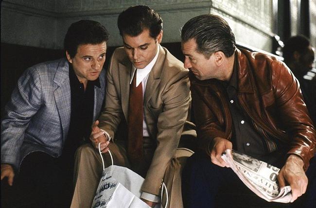 3. Sıkı Dostlar (1990) | IMDb: 8.7  Henry Hill, Jimmy Conway ve Tommy De Vito adındaki iki gangsterle birlikte bir soygun düzenler. Jimmy ve Tommy, Henry'den başka soyguna karışan herkesi öldürür ve ardından mafyada hızlı bir yükselişe geçer. Gangster çetesi içinde hiyerarşik bir yapılanma vardır ve Henry bu durumu kendine yediremez.