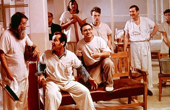 2. Guguk Kuşu (1975) | IMDb: 8.7  Randle P. McMurphy ağzı çok iyi laf yapan bir mahkumdur. McMurphy, deli numarası yaparak Eyalet Akıl Hastanesi'nde kendisini 'kaçıklar' olarak nitelediği adamların yanına aldırır. Ve hemen ardından, onun bulaşıcı düzensizlik sevdası yeni geldiği yerdeki uyuşturucu rutinle karşı karşıya gelir. McMurphy yeni arkadaşlarının yatıştırıcı ilaçlara boğulmuş bir şekilde ortalıkta bornozlarla dolaşmasına dayanamaz.! Bir tarafta McMurphy vardır. Diğer tarafta ise Hemşire Ratched. Ortada ise, koğuştaki herkesin kaderi.