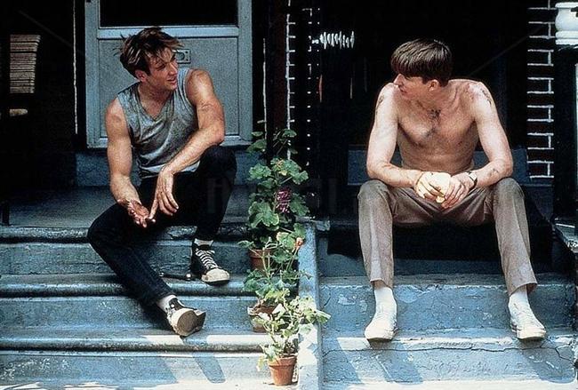 40. Birdy (1984) | IMDb: 7.3  İki Vietnam gazisinin ilk gençlik yıllarında başlayan ve savaş yaralarını sarmalarını olanaklı kılan az bulunur dostluklarını anlattığı için de bütün dünyada takdirle karşılandı. Biri ruhsal, diğeri fiziksel yaralar alarak Vietnam'ı terk eden gencecik iki insanın öyküsü, izleyenleri savaş denen şey üzerine düşündürecek nitelikte.