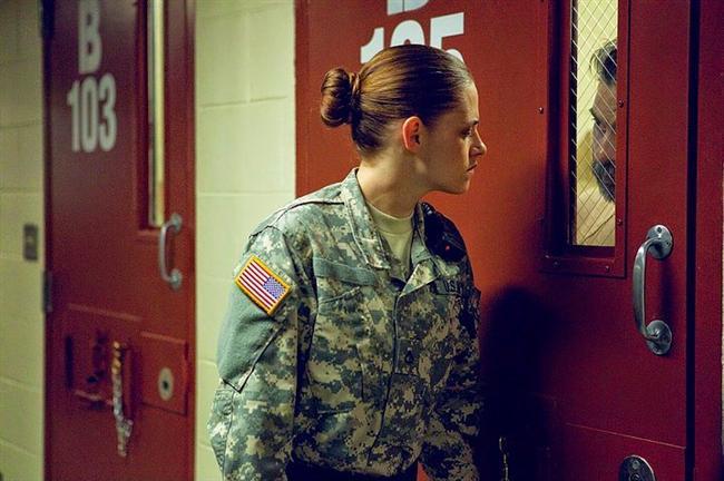 39. Camp X-Ray (2014) | IMDb: 7.3  Genç bir asker olan Amy Cole, kendisini bunaltan küçük kasabadan kaçmak için orduya katılır. Ancak umduğu gibi Irak'a değil, Guantanamo'ya gönderilir. Buradaki görevinde, istismara uğramış, kin dolu Müslüman erkeklerle karşılaşır. Ve kendisini, Gitmo'da sekiz yıl hapse mahkum edilen bir genç adam olan Ali Amir ile garip bir arkadaşlığın içinde bulur.