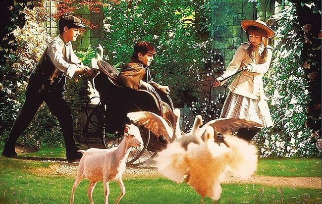 38. Gizli Bahçe (1993) | IMDb: 7.3  Küçük bir kız yaşamak için gönderildiği büyük ve gizemli bir malikânede, daha önce yaşıyor olduğundan haberdar olmadığı kuzeni ile tanışır. Daha sonraları ise, kuzeninin bile varlığından haberdar olmadığı gizli bir bahçenin varlığını keşfedeceklerdir. Uzun seneler boyunca, sahipsiz kalmış olan gizli bahçe, artık sağlam dostlukların ve arkadaşlıkların yeşerip büyüdüğü çok özel bir mekana dönüşecektir.