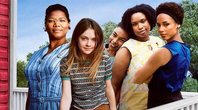 36. Hayatın Getirdikleri (2008) | IMDb: 7.3  Öfkeli ve zalim babasından kaçmak ve annesi hakkındaki gerçekleri öğrenmek isteyen yaşındaki Lily Owens(Faning), bakıcısı ve arkadaşı Rosaleen(Jennifer Hudson) ile arıcılıkla uğraşan Boatwright kardeşlerin (Latifah, Alicia Keys ve Sophie Okonede) Güney Carolina'daki kasabalarına gider. Beklenmedik bir sevgi ve merhametle sarmalanan Lily; bu eşsiz kadınların arasında,insanın yuvasını bulmak için bazen uzaklaşması gerektiğini farkeder.