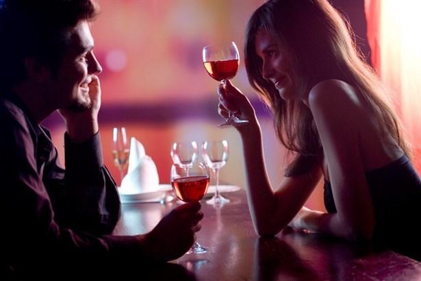 """1- """"Seni seviyorum"""" demeye doymuyorsanız.  2- Sizi hep en güzel halinizle görmesini istiyorsanız.  3- Her halinizi çok beğeniyorsa.  4- En sarhoş olduğu zamanlarda bile, asla size eski sevgilisinin adıyla hitap etmiyorsa."""
