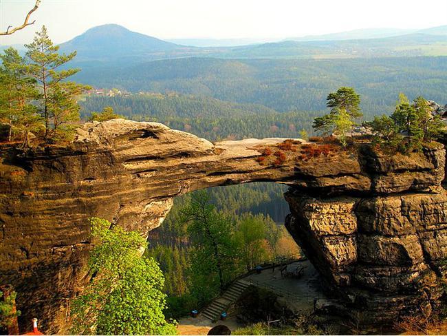 Pravcicka Brana, Çek Cumhuriyeti  Avrupa'daki en büyük doğal kumtaşı kemeri. Kemer kısmındaki aşınma sonucu kalınlık 80 cm'ye kadar düşmüş durumda ve bilim insanları on yıl içerisinde yıkılabileceğini söylüyor.