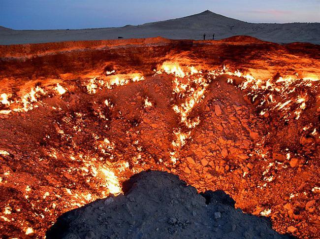 Derweze Krateri, Türkmenistan  Türkmenistan'da Karakum çölünün ortasında bulunan krater. Rus jeologlar doğalgaz için kazı yaparken çöken bir yapı ve açığa zehirli gaz çıkarmasın diye bilinçli olarak ateşe verilmiş ancak çok uzun sürmeyeceği aşikar.
