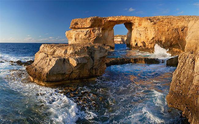 Azur Penceresi, Malta  Çok sayıda turist çeken doğal kireçtaşı oluşumu. Ama Jeologlara göre birkaç yıllık ömrü kaldı.