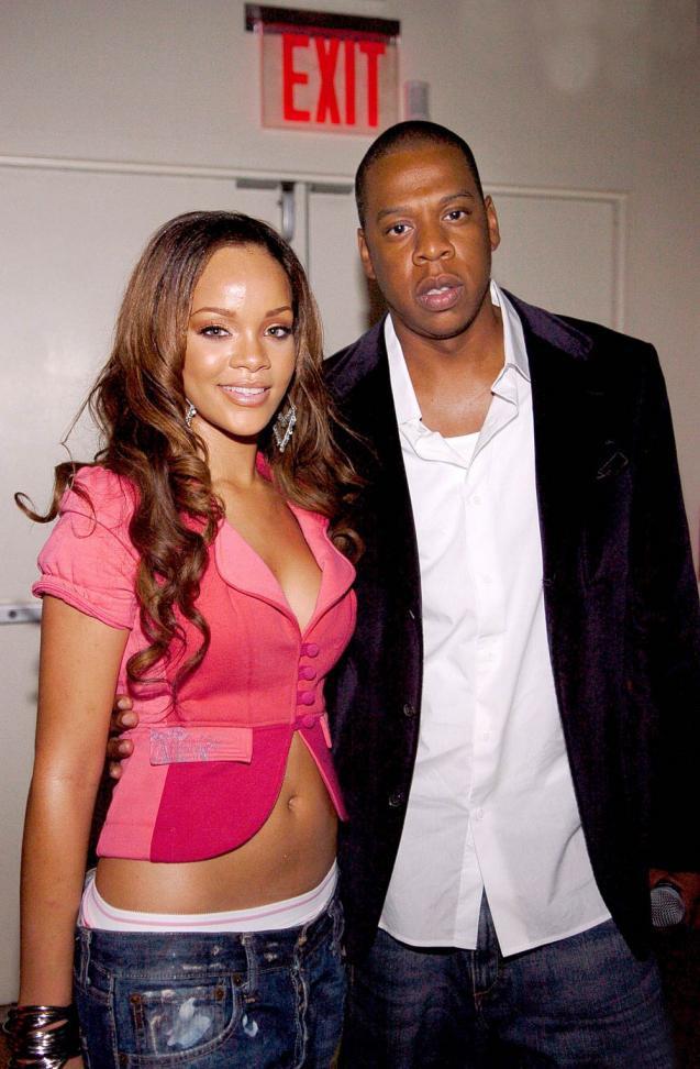 4. Rihanna'nın kayıtlarını dinleyen Def Jam'in sahibi Jay-Z, onu keşfetti ve hemen Rihanna ile bir anlaşma imzalayarak çalışmalara başladı. Rihanna böylelikle, adını tüm dünyaya duyurabileceği bir fırsat yakalamış oldu.