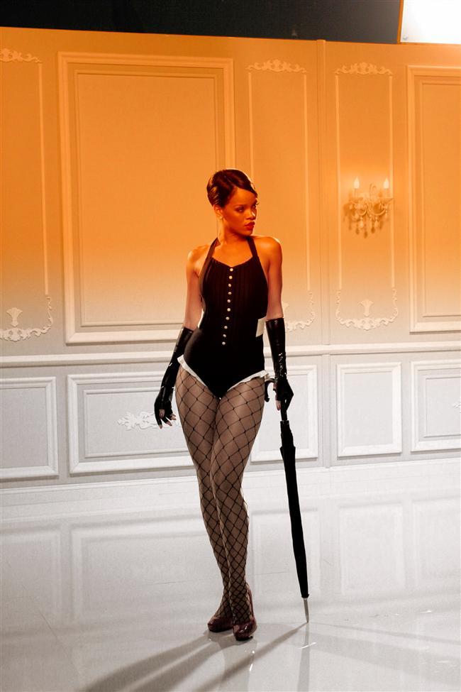 """8. Rihanna kariyerindeki kırılma noktasını 2007-2008 döneminde yaşadı. Good Girl Gone Bad adındaki üçüncü albümünü çıkartan Rihanna bir anda """"Umbrella"""" şarkısıyla hemen hemen tüm listelerde zirveye çıktı."""