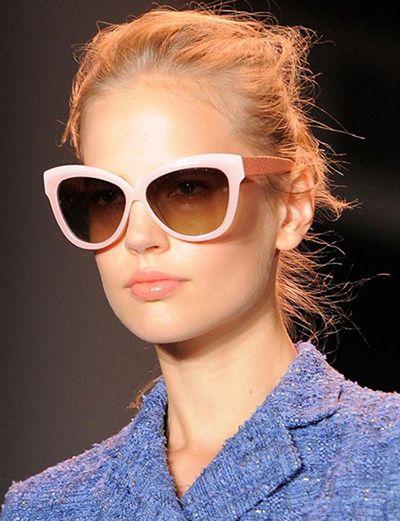 2. Güneş gözlüğünü sabah takıp akşama kadar havalı havalı gezememek  Kapalı alanlarda bile çıkarmaksızın!