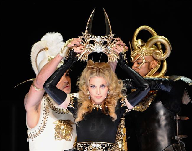 1. Hala yerini koruyor: Madonna'nın eskisi kadar etkili olmadığını düşünüyorsanız yanılıyorsunuz gençler.  2012 Super Bowl devre arası show'u 114 milyondan fazla kişi tarafından seyredilerek tarihe geçti ve kendisi en çok seyredilen kadın sanatçı oldu. 2012 MDNA Tour dünyanın en çok hasılat yapan 2. turnesi oldu. 1. kim mi? Elbette Madonna'nın 2008-2009 yıllarında gerçekleştirdiği Sticky and Sweet Tour. Ayrıca son çıkardığı 3 albüm de Billboard 200 listesine 1 numaradan girmeyi başardı. Besbelli insanlar hala Madonna'yla ilgileniyor ve bunu rakamlar kanıtlıyor.