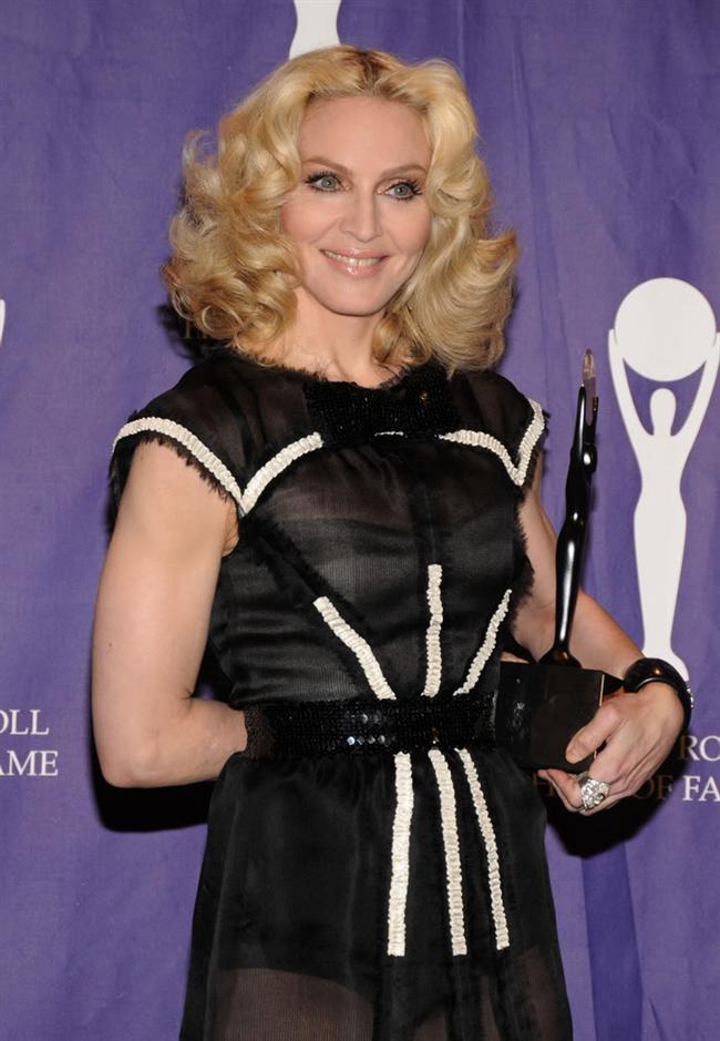 3. Sosyal konular hakkında konuşma işini ilk başlatan odur.  Lady GaGa ya da Britney Spears'ın aksine zaten popüler olan sevgi ve devrim konularını işlemek yerine Madonna bunu başlatan ismin ta kendisi olmuştu. Hem de 80'ler ve 90'lar gibi cinsellik, özgür ifade gibi konuların tabu olduğu yıllarda. 1990'da Kanadalı polisler Madonna'yı tutuklamakla tehdit ettiğinde o bundan korkup show'unu sansürlemiş miydi? Hayır. İşte rock 'n' roll.