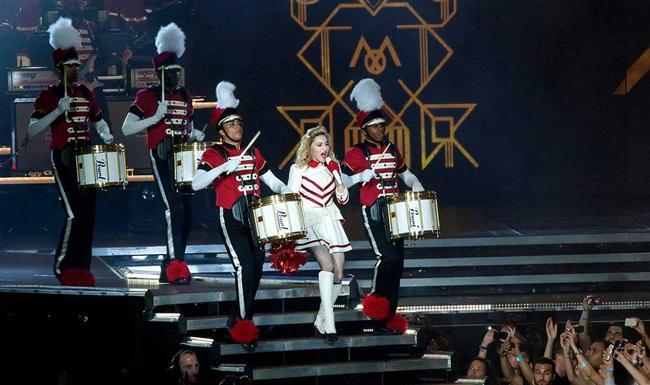9. Kusura bakma Jay-Z, fakat pop müziğin yaşayan en büyük ismi Madonna.  Beyonce elbette harika, bizi yanlış anlamayın. Ancak maalesef kendisini 30 yıllık bir sahne efsanesiyle kıyaslıyor. Madonna ne yapmak istiyorsa onu sahnesine koyar. Tiyatrallık! Dansçılar! Sosyal meseleler! Madonna'nın show'unda herşey pop performansıyla beraber kusursuz bir biçimde bütünleşir. Bu mükemmel prodüksiyonun merkezindeki tek şey ise Madonna'nın gözlerindeki ateştir. Ondaki bu element doğuştan gelmektedir ve öğretilemez.