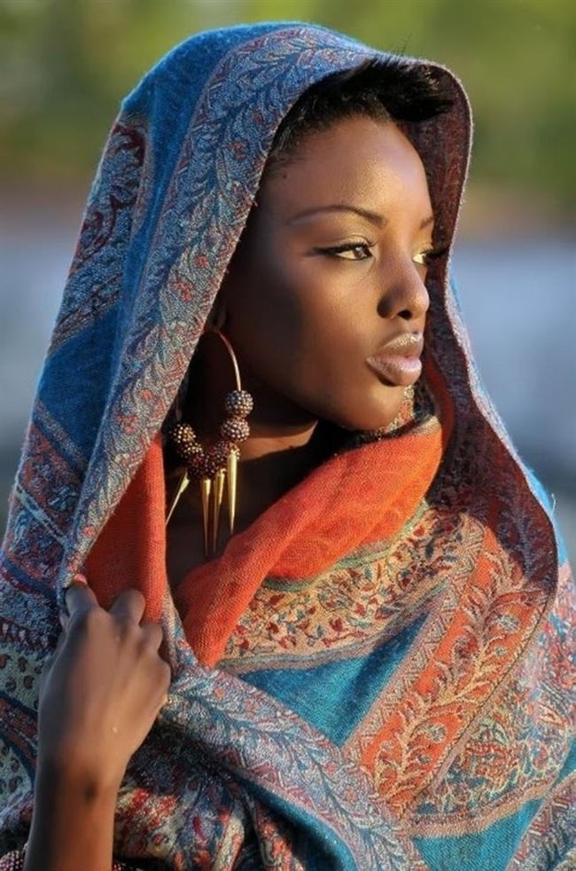 Afrika: Sürme ve Kına'nın Anavatanı  Sürme ve kınanın kökenlerinin Kuzey Afrika'ya dayandığı biliniyor. Afrika'da kırışıklıklarla savaşmak için Günlük Çiçeği'nin ve Moringa isimli bir çeşit akasyanın sütlerinin kullanılırmış. Yara ve yanık izlerini iyileştirmek için keçiboynuzu, bal ve çınar yaprağı, ağız kokusunu engellemek için meyan kökü, saçtaki beyazları kapatmak içinse balmumu ve reçine kullandıkları biliniyor. Güzelleşmek için makyajın yanı sıra, savaşmak, özel törenlere hazırlanmak veya bağlı oldukları kabileleri belli etmek için de yüzlerine farklı renklerde makyaj yapıyorlarmış.