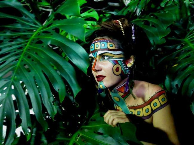Aztekler  Azteklerin yüz makyajı için sarı aşı boyası, katran ve kuru kum boyalar kullandıklarını, ayak takılarının ve halhalların çok yaygın olduğu, ayrıca ayakların yanmış kopal reçinesi ile yağlandığı, saçların genelde kısa kesilldiği (burun hizasında) ve saçlardaki beyazların siyah çamurla boyandığı, doğada parlamak amacıyla kafalarına mutlaka indigo (parlak mavi) renginde bir boya sürdükleri, dişlerini kabuklu bit ile (cocinea böceği) ile fırçaladıkları biliniyor. Kadınlar çoğu zaman makyjalıyken, erkeklerin sadece seremonilerde özel makyaj yaptıkları düşünülüyor. Genç kızların güzel gözükmek için makyaj yapması veya saçlarını boyaması hoş karşılanmazmış. Parfüm kullanımı da oldukça yaygınmış, esans olarak da gül ve tütsü kullanılıyormuş.