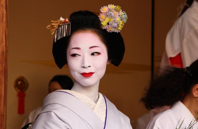 """Makyajın 6000 yıllık bir geçmişi olduğu biliniyor.   Makyaj çoğu zaman baştan çıkarmak için, cinsel hayatı renklendirmek için,  rakibini egale etmek için veya toplum içindeki statüsünü göstermek için kullanılmış ancak her medeniyette farklı içerikler farklı amaçlarla kullanılıyormuş.  Japonya: Beyazlamak için Pirinç Unu ve Kuş Kakası  Japonya'da makyaj kültürü """"geyşa""""larla gelişmiş. Antik Japonya'da yüzü ve sırtı beyazlatmak için pirinç unu ve kuş kakası, dudakları ve göz diplerini renklendirmek için safran çiçeği tozu kullanılırmış. Özel törenlerde ise dişlerini Ohaguro isimli özel siyah boyalarla boyadıkları biliniyor çünkü geyşaların toplum içinde dişlerini gösterecek kadar gülmeleri hoş karşılanmadığı için, bu boya ile gülmeleri engellenmiş."""