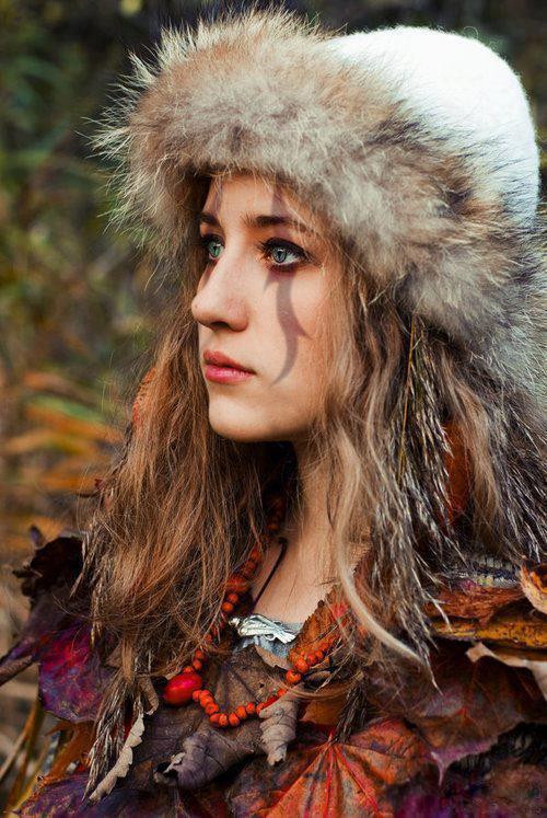 Vikingler: Savaş Stayla  Vikinglerde saç bakımının oldukça önemli olduğu, saçların her gün yeniden tarandığı ve örüldüğü biliniyor. Vikingler savaşçı bir toplum oldukları ve savaşçıların yarısı kadınlardan oluştukları için kadınların makyajında da savaş makyajının etkisi var. Makyajlar güçlü ve ihtişamlı gösterecek şekilde, hatta bazen korkutucu olacak ölçüde karanlık tonlarla yapılıyormuş. Kafataslarından yapılan incelemelerde, kadın yüzünün erkek yüzüne çok benzediği ve diğer coğrafyalara göre daha kemikli olduğu görülmüş. Ancak savaş şartlarına rağmen ne erkekler ne kadınlar saçlarını kısaltmıyorlarmış. Ayrıca savaşta bile olsalar her sabah yüzlerini yıkamak ve saçlarını ıslatmak gibi alışkanlıkları varmış.