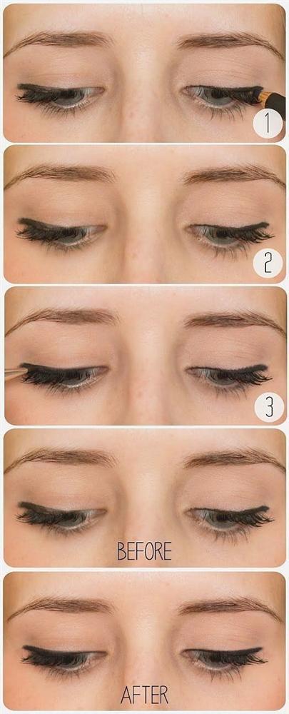 11. Daha keskin bir çizgiye kolayca ulaşmak için; eyeliner fırçanızla siyah göz farı uygulayın.