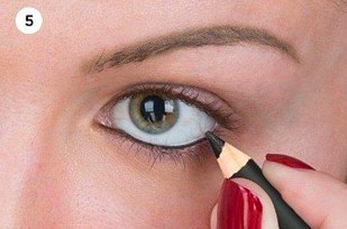 13. Daha yoğun bir görüntü ve daha buğulu bakışlar elde etmek için; alt kirpik diplerinize siyah kalem ve ardından siyah göz farı uygulayın.