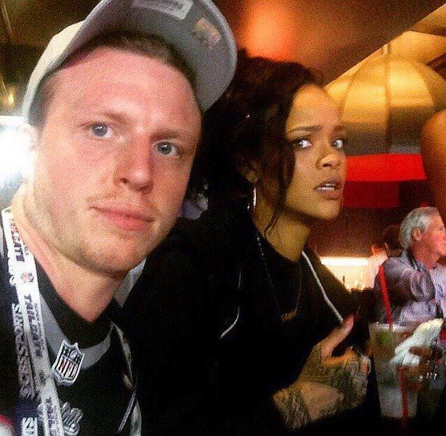 Rihanna ile fotoğraf çektirmek için yanına ilişen bu adam.