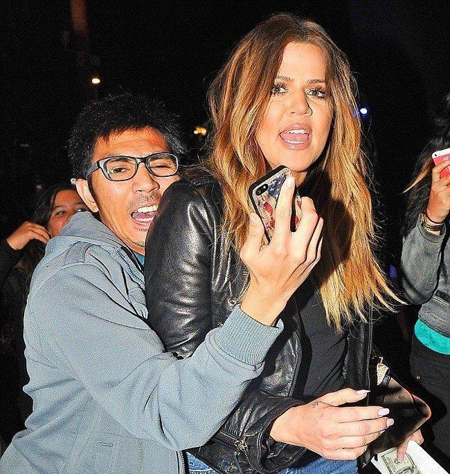Khloe Kardashian'ın omzundan özçekim yapmaya çalışan hayranı.