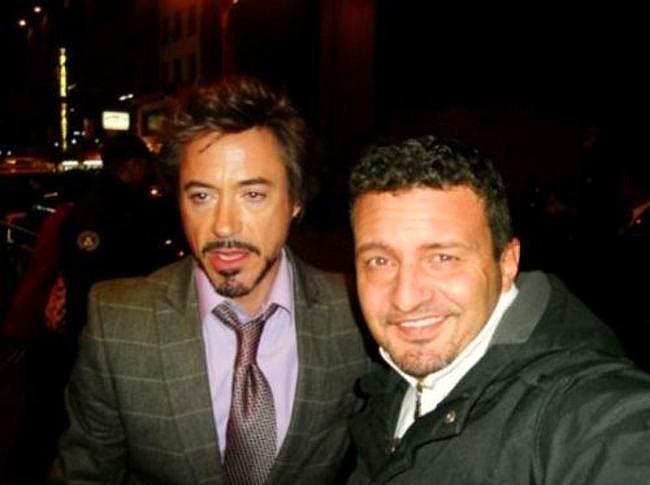Robert Downey Jr. çok da özçekim havasında değil.