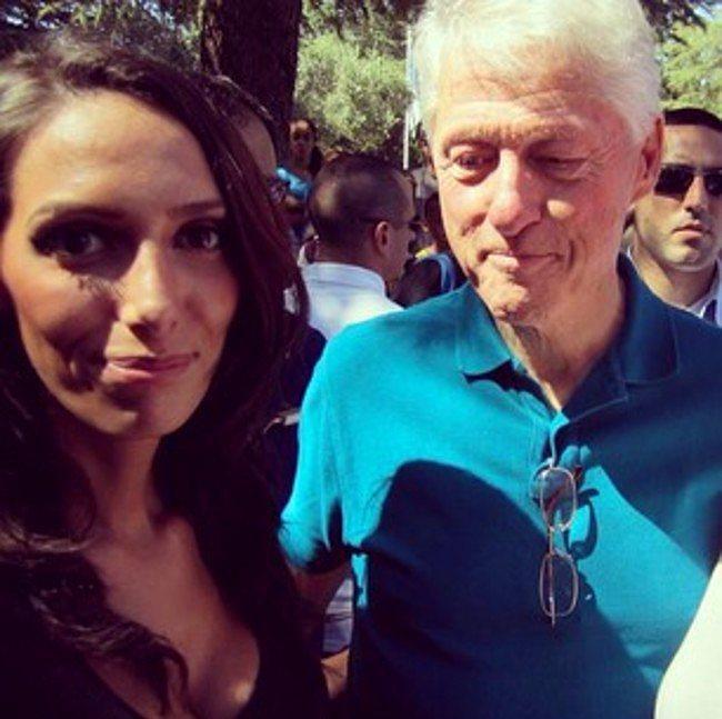 Bill Clinton o sırada başka şeylerle ilgileniyormuş gibi duruyor.