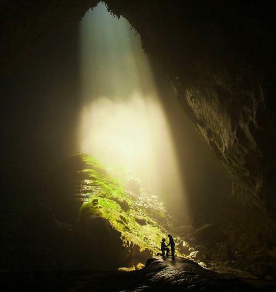 19. Ve dünyanın en büyük mağarasında diz çökmüş gülümsüyorsa ...