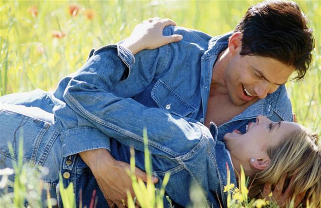 """Aslan ile Aslan : İki Aslan'ın beraberliği oldukça zordur. Çünkü ikisi de """" Ben der """". Ancak her şeye rağmen ikili sağlıklı bir empati kurabilirse ortaya biz kavramı çıkabilir. O zaman bu ikili hem romantik açıdan hem de cinsel açıdan anlaşabilir. """"Biz"""" kavramının farkına varabilirlerse uzun ömürlü bir beraberlik ve sağlıklı bir cinsel yaşantı sürdürebilirler.  Aslan ile Başak : Aslan'ın hükmetme duygusuyla Başak'ın hükmedilmekten hoşlanmayan tutumu birbirine uymaz. Hele hele Başak'ın eleştirileri yoğunlaştıkça,Aslan'ın da kükremeleri artacaktır. Ayrıca Aslan yatak odasında da verdiği cinsel tepkilerle sorun çıkartabilir. Bu ikili arasında bir şekilde cinsel ilişki kurulabilir ama bu uzun ömürlü bir ilişki değildir.  Aslan ile Terazi : Aslan kendini biraz frenleyip Terazi'nin uyumuna ayak uydurabilirse ortaya mutlu bir beraberlik çıkabilir. Terazi kolayca ateşlenir.Bu durumda Aslan'ı iyice kükretir. Aslan cinselliğe Terazi'den daha düşkündür. Ayrıca Aslan'ın yataktaki yaklaşımlarına Terazi saygı gösterebilirse bu ikili cinsel bakımdan hem iyi anlaşır hem de bu durum ilişkiyi uzun ömürlü kılabilir.  Aslan ile Akrep : Uyumlu olmalarına rağmen her ikisinin de hükmetme duyguları birbirleriyle çatışır. Tek engel budur beraber olamamaları için. Oysa yatağa gidildiğinde ortaya o kadar güzel bir uyum çıkar ki, bu ikilinin yapamayacağı bir şey yok gibidir. Ancak Aslan'ın istediği saygıyı Akrep'te bulması biraz zordur. Dehşetli bir cinsel uyum yakalarlar ancak uzun vadeli değildir."""