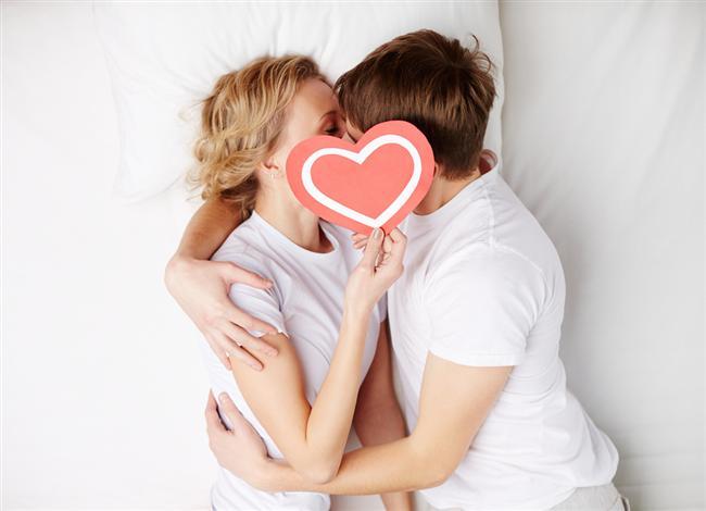Koç Uyumu  Koç ile Koç: Cinsel açıdan Koç kadını koç erkeğine hükmetmeye kalkar. İlk başlarda erkek bundan mutluymuş gibi görünse de, bir süre sonra aralarındaki ilişki tamamen bir hükmetme savaşına dönüşür. Her ne kadar ilişkilerinin başında umut varsa da, beraberlik ilerledikçe cinsel ilişkilerinde gittikçe tatsızlıklar başlar ve çift ilk günlerine büyük özlem duyar. İdeal bir ilişki değildir!  Koç ile Boğa : Koç-Boğa ilişkisinde kesinlikle koç boğadan daha etkindir. Boğa nadiren heyecanlanırken koçta durum tam aksinedir. Koç tarafı önderliği derhal eline alır. Bu durumda ilişki zevkin doruk noktasına çıkabilir. Ancak Boğa hep pasif kalacak olursa zorlanır. O mutlaka dengeyi kurmalıdır. Boğa'nın ilişkide pasif kalması ilişkinin ilerisi açısından uyumsuz sayılabilir.  Koç ile İkizler : Her iki burçta hareketli tipler olduğundan cinsel ilişkileri oldukça renklidir. İkizler'in kurnazlığı Koç'un hükmetme duygularını frenleyebilir. Koç alenidir, ne yapacağını ve ne isteyeceğini iyi bilir. İkizler'in dalavereciliği devam ettiği sürece ilişkileri yürüyecektir. İkizlerin cinsel yasaklara karşı oluşu Koç'a biraz ağır gelebilir.  Koç ile Yengeç : Genel olarak bu ikili cinsellikte güçlü bir çekim içindedirler. Ancak her şeye rağmen Koç Yengeç'te istediğini bulamaz. Aralarındaki tutku bitince yavaş yavaş münakaşalar başlar. Yapı ve mizaç olarak uyumsuz oldukları için yatak odası onlara zinden olmaya başlayacaktır. Hafif başlayan rüzgar gittikçe sert esecektir bu ikili için.