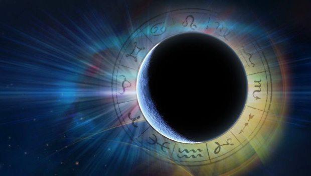 """18 Nisan da 21:57 de Koç burcu Hint astrolojisine gore """"Mesha"""" da YENİ AY gerçekleşecek. Zodyak'ın ilk burcu başlangıçlar heyecan ve umudu temsil eder. Eril ve Rajastiktir. Yöneticisi güç ve cesaret veren MARS'tır. Güneş, Koç burcunda güçlü konumdadır. """"Rajas"""" enerjinin özü anlamına gelir.  Bu yeni ay yeni başlangıçlar cesaretle yapılan girişimler açısından oldukça önemlidir. Yenilenme arınma yaşam enerjimizi yükseltmemiz için gökyüzünün bizlere armağanı KOÇ Yeni ayı.   Niyetlerimiz seçim ve başlangıçlarımızla şekillenen tohumlama zamanıdır ve bir yıl boyunca etkili olacaktır. Şimdi özümüzden gelen güzellikleri fark edip hayatımıza yansıtma zamanıdır. Baştan ayağa tepeden tırnağa yenilenebilir olumsuz alışkanlıklarımız ilişkilerimiz ve rahatsızlıklarımızdan uzaklaşabiliriz. Ne duruyorsunuz şikayetçi olduğunuz konularda çözüm üretmek için harekete geçin değiştirmediğiniz gerçeklere bakış açınızı değiştirin ve yenilenin…   Rajas: Dinamizm canlılık yaşama gücüdür.  Yazan: Astrolog Şenay Yangel"""
