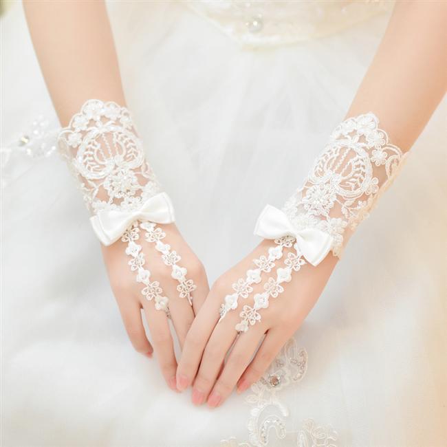 2016 yılı için hazırlanan gelinlik koleksiyonlarında yer alan gelin eldiveni modelleri oldukça şık ve iddalı. Gelin eldiveni modelleri birbirinden şık tasarımları ve gösterişli dantelleri ile evlilik hazırlığı yapan bayanların ilgisini mutlaka çekecektir. Beyaz ve siyah renklerin yanında inci ve danteller gelin eldivenlerine farklılık yaratıyor. Sade gelin eldiveni tasarımlarının yanı sıra birbirinden şık gösterişli dantellere, işlemelere sahip gelin eldiveni modellerine bir göz atın...
