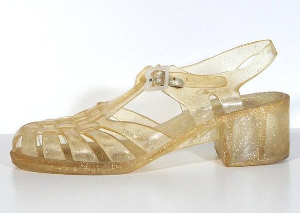 33. Yazlıkçıların vazgeçilmezi; plastik sandaletler
