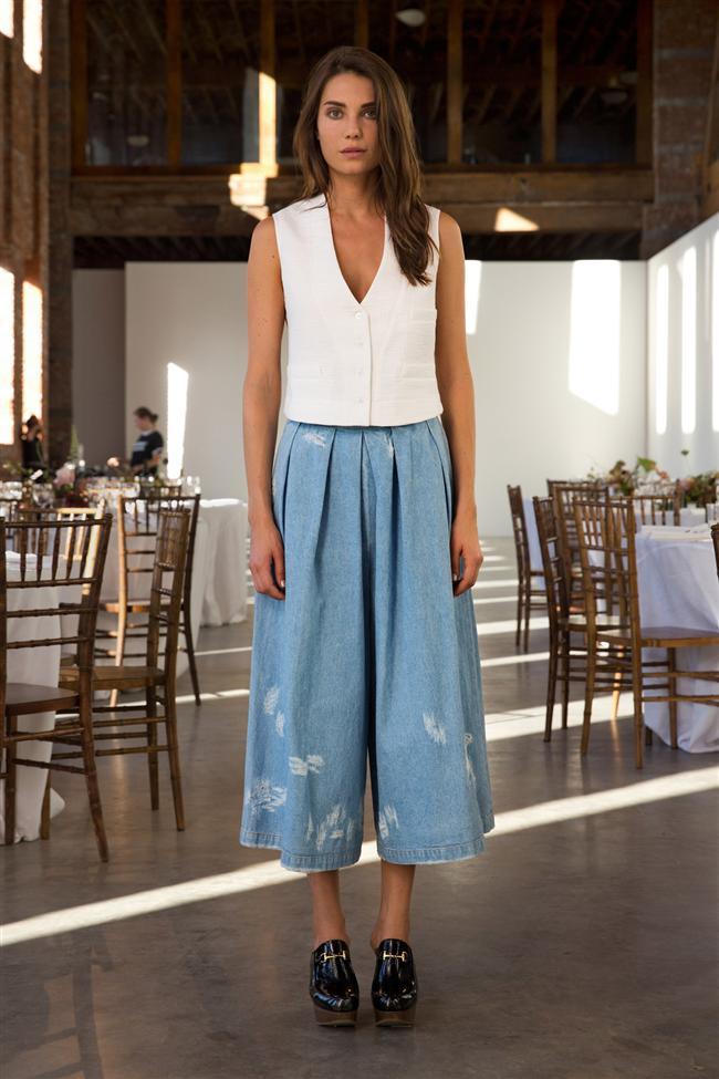 İlkbaharın güneşli ve yağmurlu havasına hitap  eden Jean Clutotte, yani diğer değişiyle Jean etek pantolonlar genellikle gömlek veya oversized bir tişörtle kombinleniyor.
