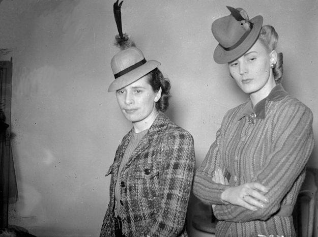 14. İngilizlerin çok sevdiği şapka modellerinin küçültülerek saç aksesuarı haline gelişi