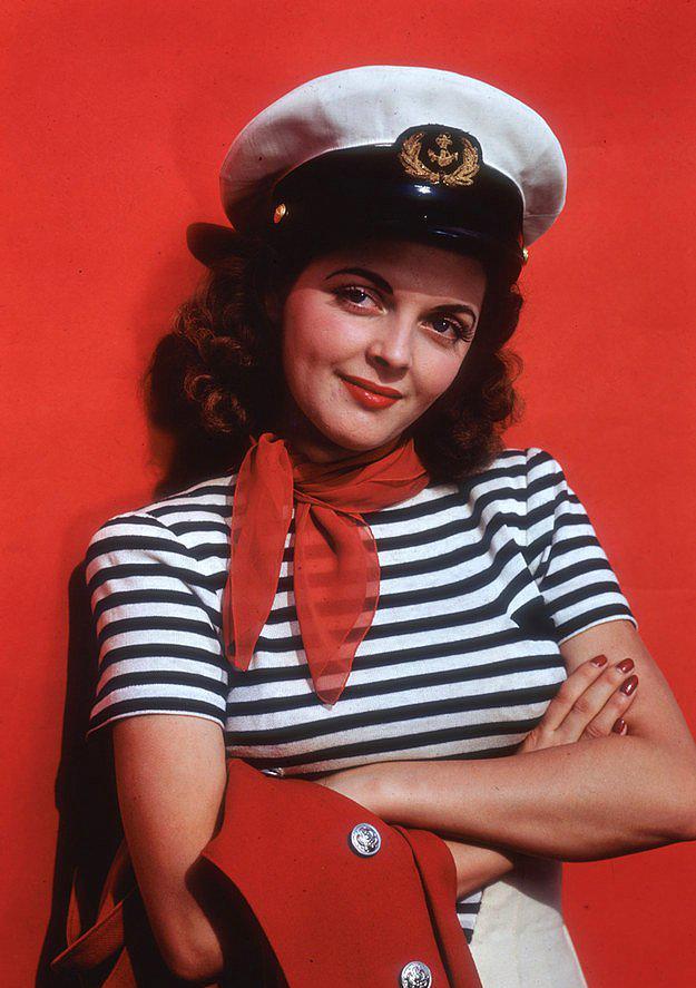 """5. """"Navy"""" yani denizci modası kadınlar tarafından yeni yeni keşfedilmiş, şimdi ise bol bol lacivert, beyaz ve kırmızıyı beraber görebiliriz her yerde."""