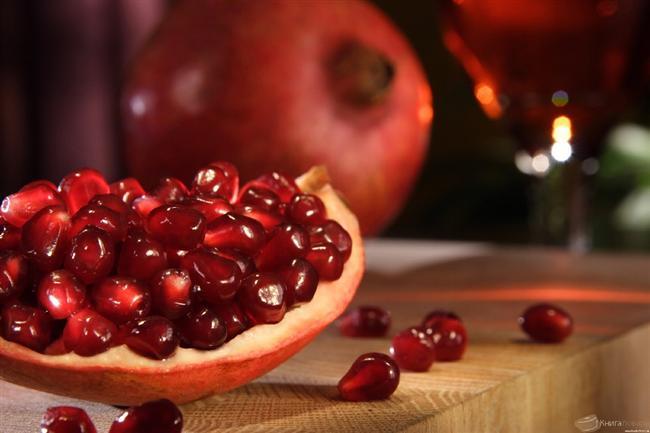 9. Nar  Süper yiyecekler arasında sayılan narın neredeyse her şeye iyi geldiğini biliyoruz. Peki, narın içerisindeki maddelerin spermleri güçlendirdiğini biliyor muydunuz?