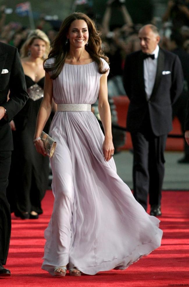 8. Kate Middleton  Tanıdığımız günden bu yana tarzıyla dünyanın en çok konuşulan kadınlarından biri de Kate Middleton. Kimileri onun bir stili olmadığını iddia etse de Kate bizce en isabetli seçimler yapan ünlülerden biri.