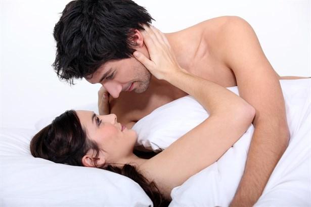 OĞLAK Erkeği:Kendi tutkularının farkındadır. Tek gecelik ilişkilerden hoşlanmayan tutkularını paylaşabileceği ilgili sevecen ve dişiliğini gösteren kadınları tercih eder. Cinsellikte bir öğretmen gibi yönlendiricidir.  OĞLAK Kadını: Güven ve saygı duyacağı bir beraberlik içinde olmayı ister. Arzularını güvenmedikçe göstermeyecek ve cinselliğe mümkün olduğunca uzak durmayı tercih edecektir. Güvenini kazanacak saygı duyacağı kendinden daha güçlü erkekleri tercih eder.