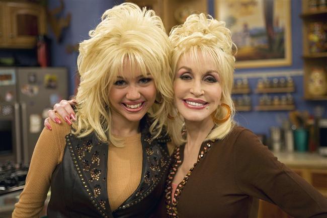 """5. Dolly Parton?  Vaftiz annesi ünlü country şarkıcısı Dolly Parton'dır. Dolly, Hannah Montana'da """"Dolly Hala"""" olarak 2 bölümde rol almıştı."""