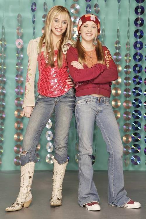 9. Aslında Lily Olmak İçin Başvurdu  11 yaşında Hannah Montana'nın yakın arkadaşı Lilly rolü seçimleri için video gönderdi ama onu Miley Stewart rölü (en başta ismi Chloe Stewart'tı) için daha uygun görüldü ama yaşı bazı bölümler için küçük olduğu için 1 sene beklediler ve Chloe Stewart ismi Miley Stewart olarak değiştirildi.